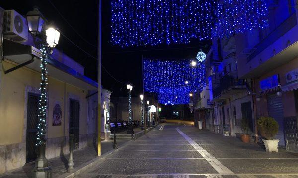 FOTO-NOTIZIA | Simeri Crichi inaugura le luminarie natalizie: un pizzico di luce in un periodo buio