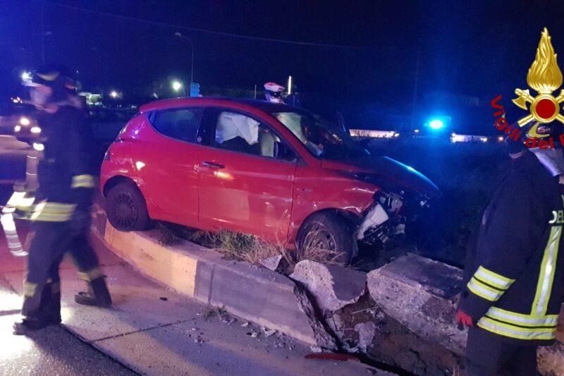 Incidente sulla 106, Auto si ribalta sulla rotatoria: in ospedale i passeggeri