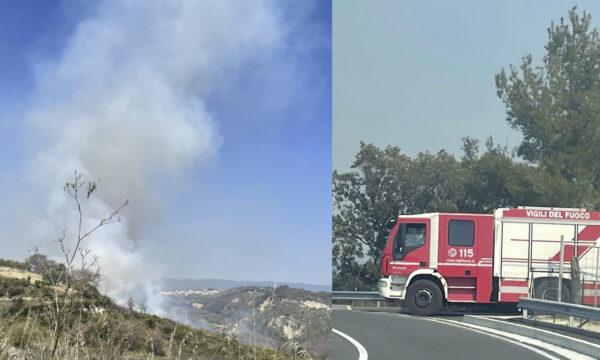 Vasto incendio nelle campagne di Simeri Crichi, richiesto intervento aereo