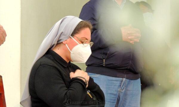 Suor Francesca a Simeri Crichi per ringraziare la comunità. L'abbraccio del paese (FOTO)