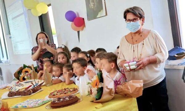 La maestra Marilù si pensiona, oltre 40 anni di lavoro tra i bambini. Il grazie dei genitori
