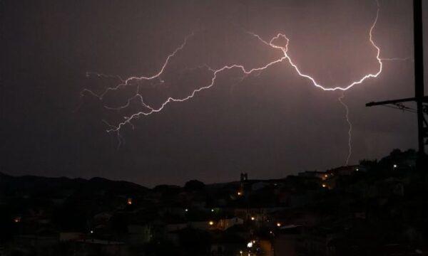 Tempesta di fulmini su Simeri Crichi. Foto e video delle saette che illuminano il cielo