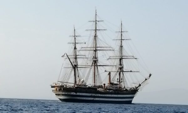 """La """"Amerigo Vespucci"""" solca le acque di Simeri Mare. Le immagini straordinarie"""