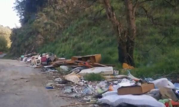 VIDEO – Discarica a cielo aperto lungo le sponde dell'Alli. Cumuli di rifiuti abbandonati